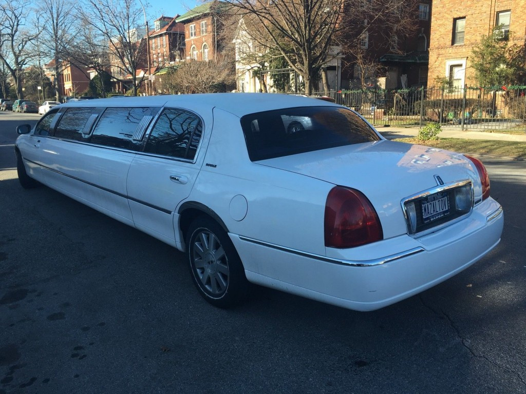 2003 Lincoln Town Car 120″ Limousine