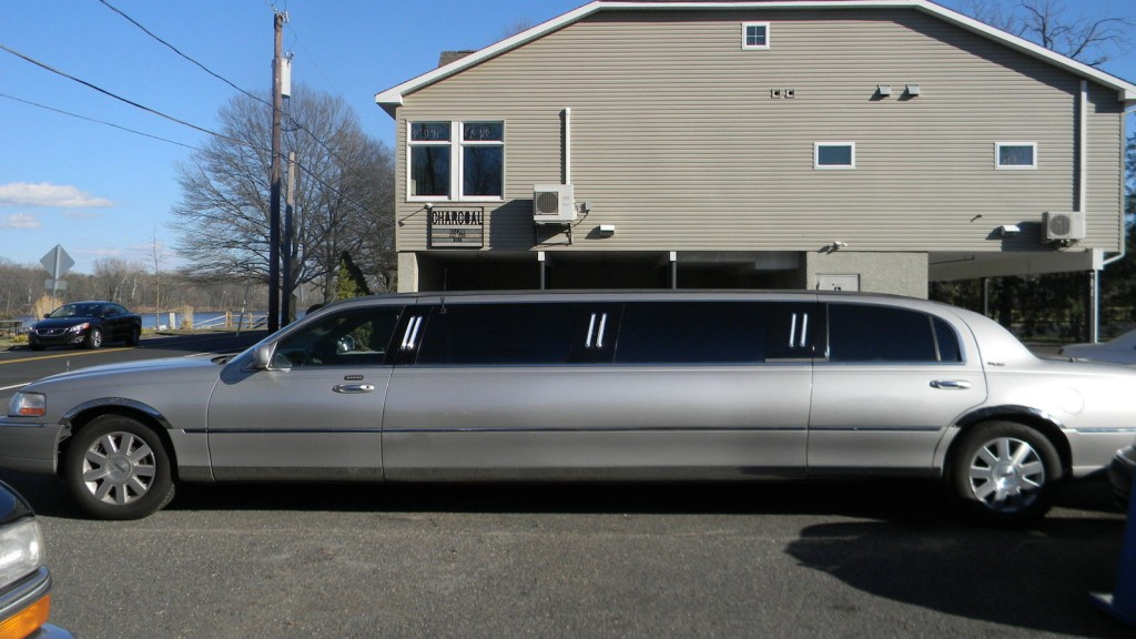2003 Lincoln town car 100″ Stretch limousine
