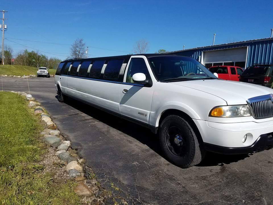 3 TV screens 2000 Lincoln Navigator Stretch limousine