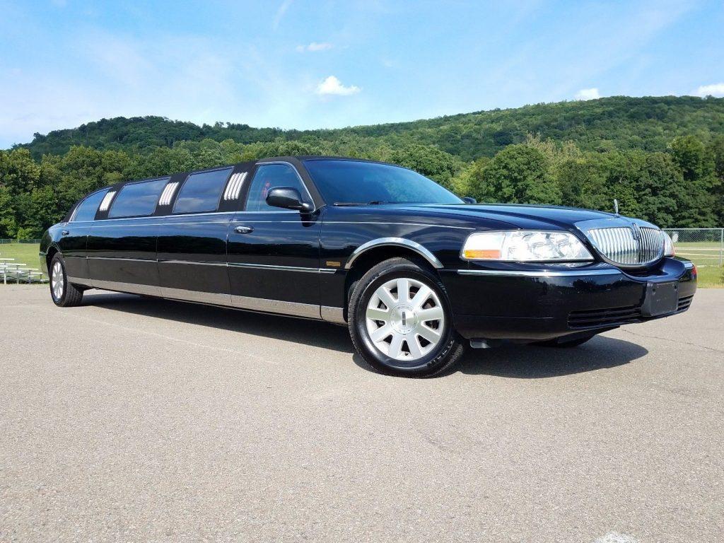 has few dents 2003 Lincoln Town Car 5th Door Limousine