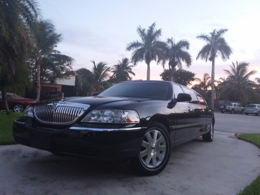 needs nothing 2003 Lincoln Town Car Executive EUREKA limousine