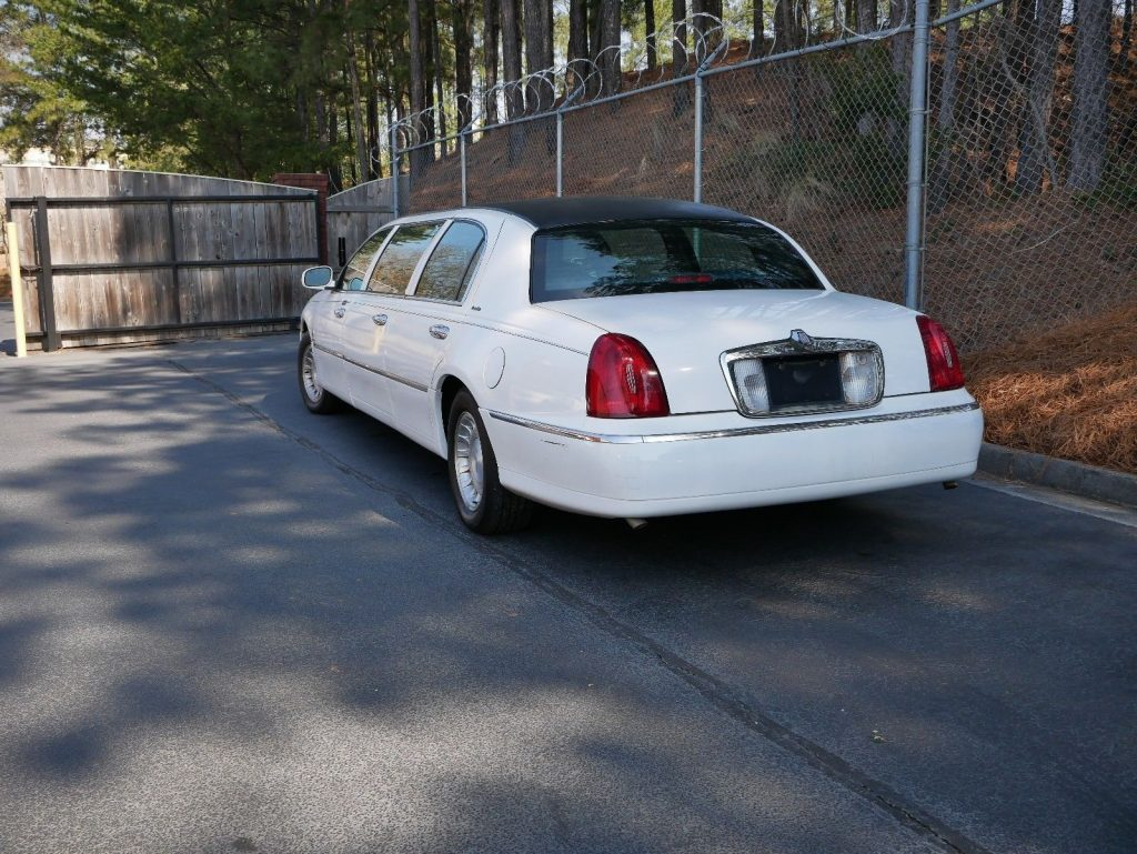 needs work 2000 Lincoln Town Car limousine