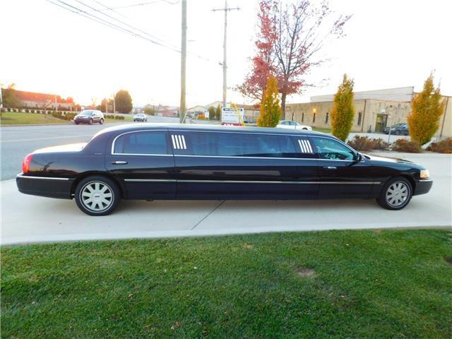 few dents 2005 Lincoln Town Car Premium Limousine Royale