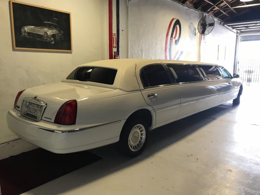 Krystal Koach 2000 Lincoln Town Car Limousine