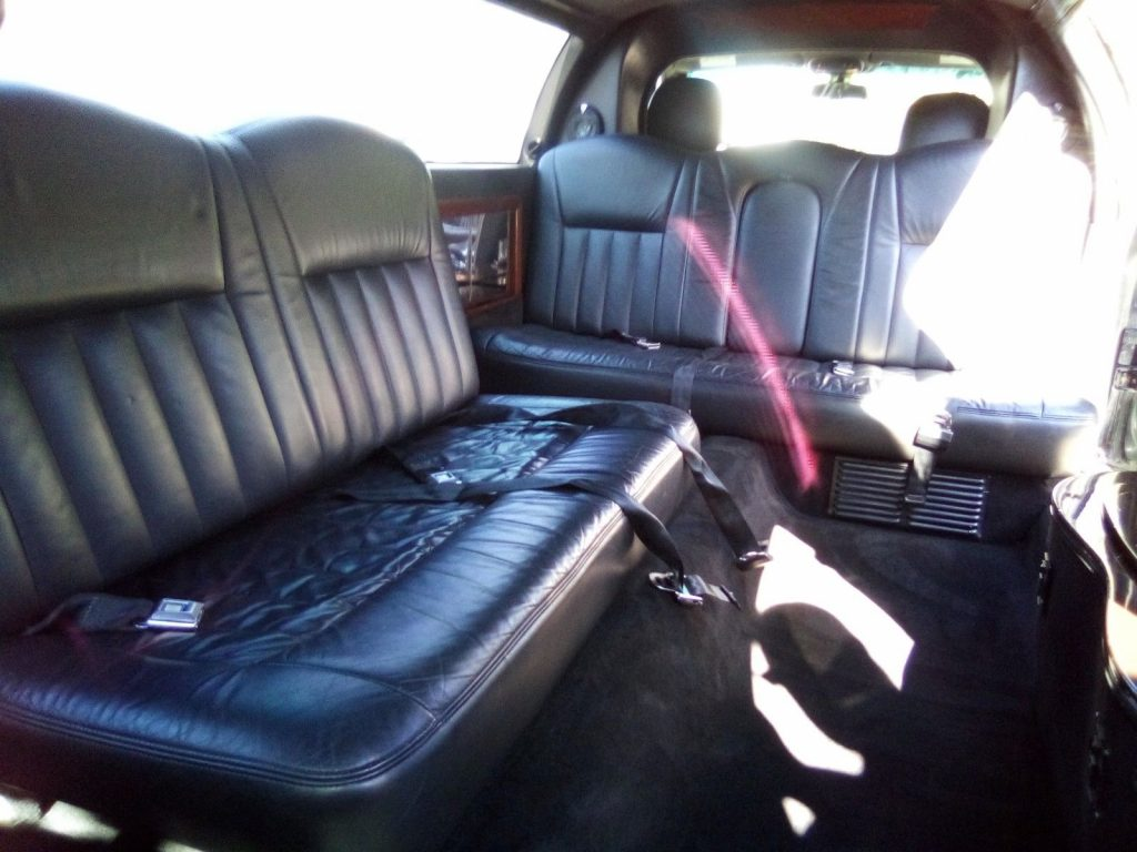 loaded 2006 Lincoln Town Car ROYAL Limousine
