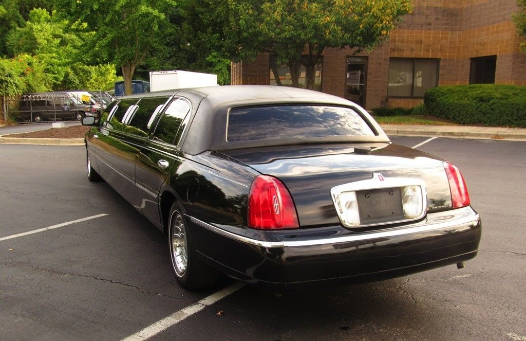 well equipped 2000 Lincoln Town Car Limousine