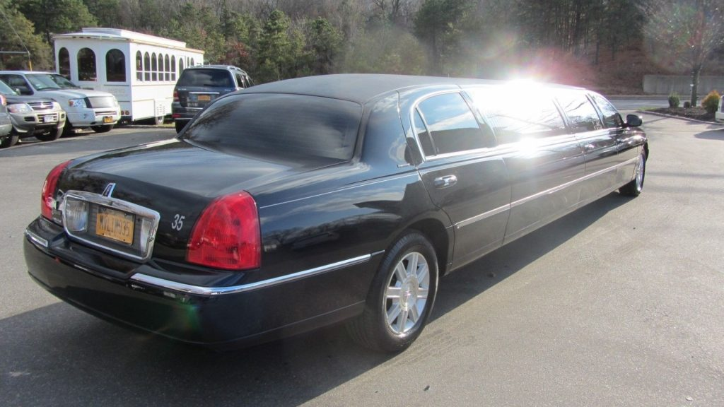 well optioned 2007 Lincoln Town Car Executive limousine
