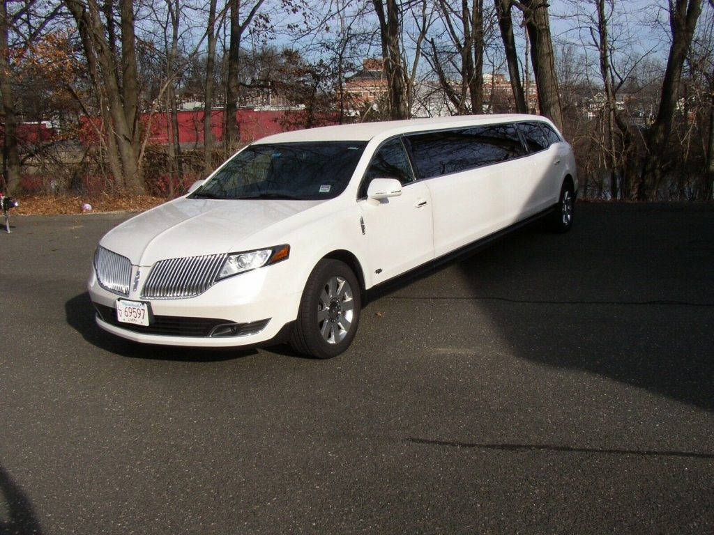 Lincoln Town Car 2016 >> Low Miles 2016 Lincoln Town Car Limousine For Sale