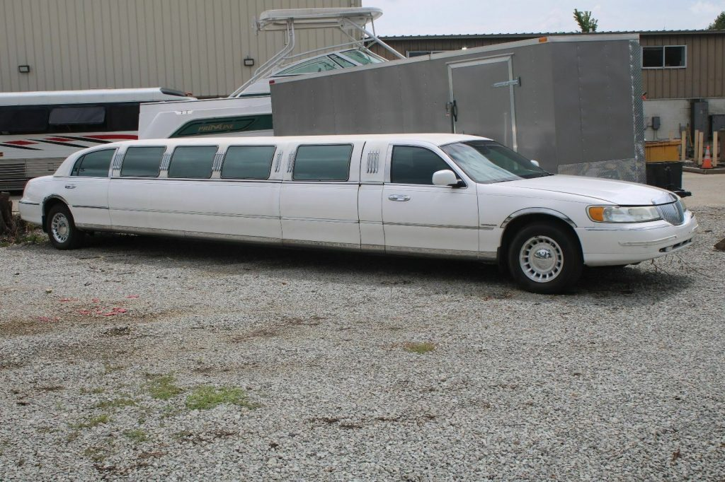 minor rust 2002 Lincoln Town Car Stretch Limousine