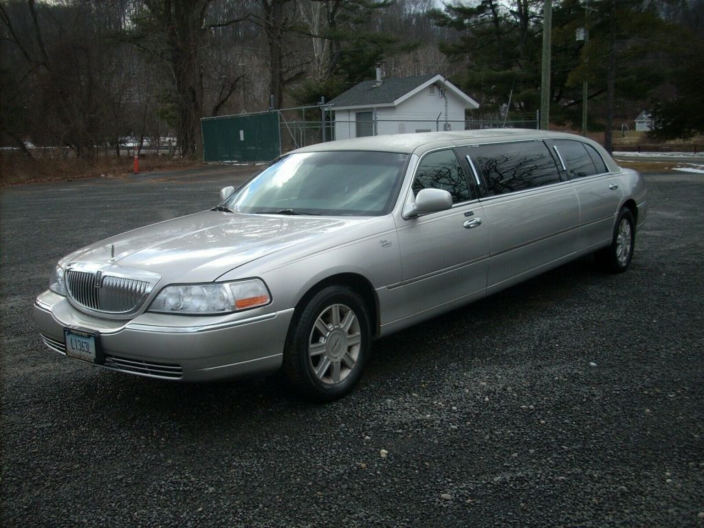 needs nothing 2011 Lincoln Town Car Limousine