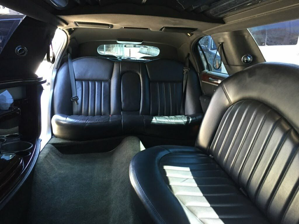 low miles 2007 Lincoln Town Car Executive limousine