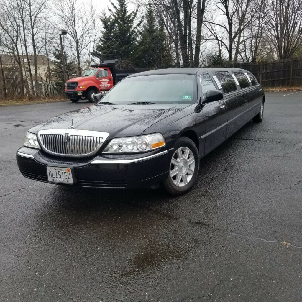 great shape 2005 Lincoln Town Car Limousine