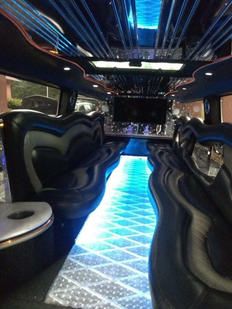 new Paint and vinyl top 2005 Hummer H2 Limousine