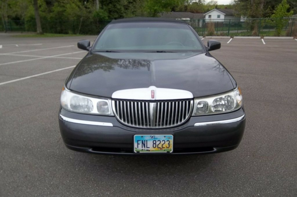 well maintained 2000 Lincoln Town Car Executive Limousine