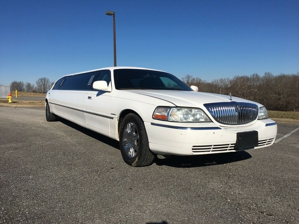 very nice 2006 Lincoln Town Car Limousine