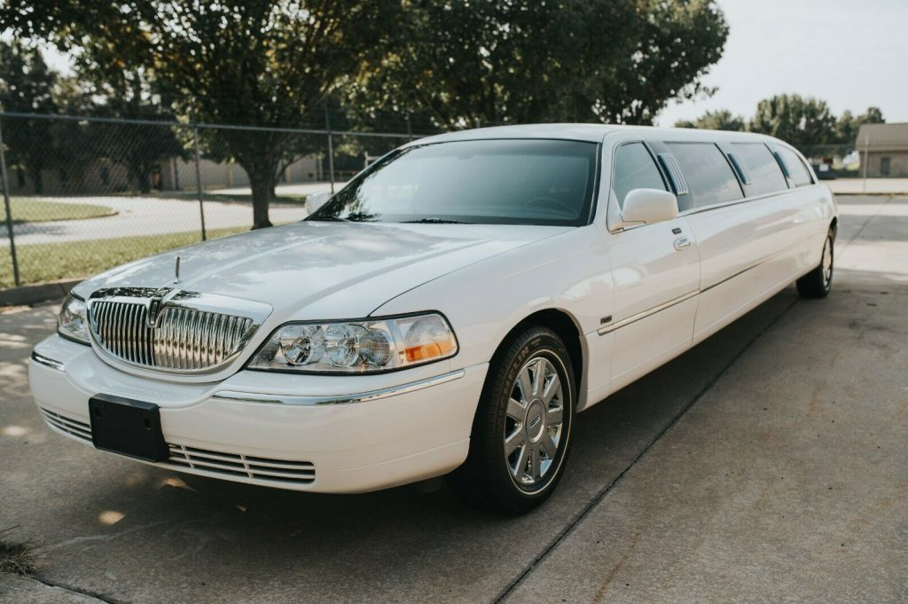 extra options 2003 Lincoln Town Car Limousine