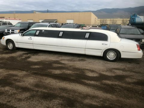 loaded 2000 Lincoln Town Car limousine for sale