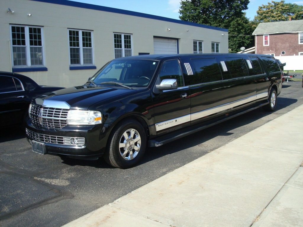 small imperfections 2008 Lincoln Navigator Limousine