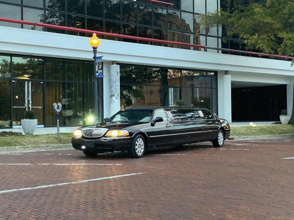 unique features 2006 Lincoln Town Car Limousine