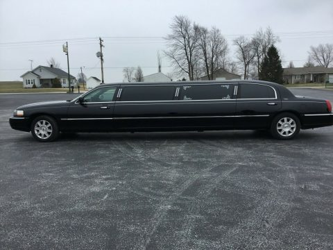 great looking 2007 Lincoln Town Car limousine for sale