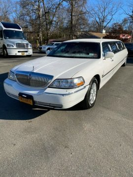 well optioned 2009 Lincoln Town Car White limousine for sale